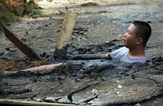 不小心掉进泥潭后如何求生